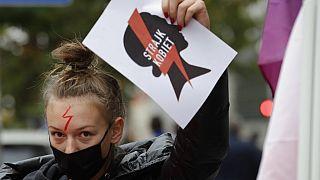 """Pologne : """"la grève des femmes"""" contre l'interdiction de l'IVG"""