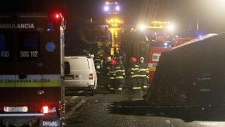 رجال الإطفاء والشرطة في موقع حادث مروري بين حافلة وشاحنة بالقرب من نيترا، سلوفاكيا.