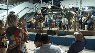 Brésil : le retour prudent de la samba à Rio