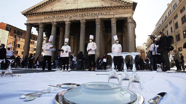 Manifestation de restaurateurs et chefs cuisiniers à Rome devant le Panthéon pour dénoncer les restrictions liées au Covid-19, mercredi 28 octobre 2020, Italie