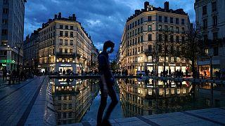 امانوئل ماکرون در فرانسه قرنطینه سراسر دست کم یک ماهه اعلام کرد