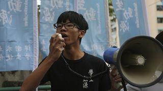توني تشونغ يهتف بشعارات خلال مظاهرة في هونغ كونغ