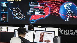 موظفون يراقبون اللوحات الإلكترونية لمراقبة الهجمات الإلكترونية عبر برامج الفدية المحتملة في وكالة الإنترنت والأمن الكورية في سيول، كوريا الجنوبية.