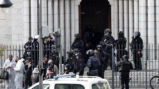 Rendőrök a nizzai Notre-Dame-bazilikánál elkövetett késes támadás helyszínén 2020. október 29-én