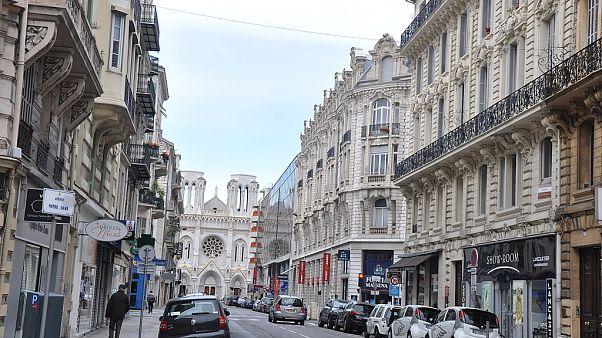 Polizeistreife in Nizza nach Messserattacke vor Basilika Notre Dame 29. Oktober 2020 (euronews/AP TVdirekt)