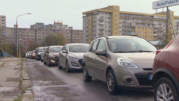 Tesztelésre váró kocsisor Pozsony egyik külvárosában