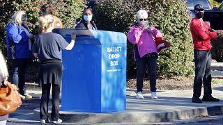 ناخبون يصطفون للتصويت في اليوم الأول للتصويت المبكر لانتخابات 2020 في مقاطعة فاييت.
