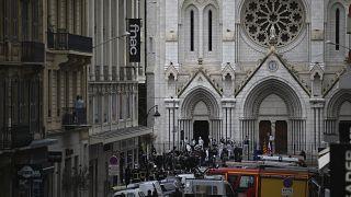"""أمام كنيسة """"نوتردام"""" حيث وقع الهجوم"""