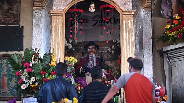 Гватемальцы просят Сан Симона избавить страну от пандемии