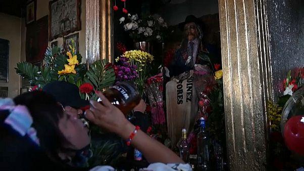 Der Altar von San Simon in einem indigenen Dorf in Guatemala
