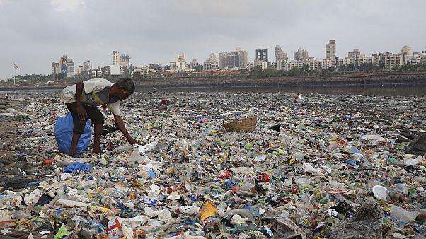 رجل يجمع البلاستيك في مومباي، الهند.