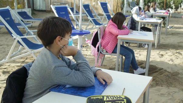 À Vasto, en Italie, les élèves suivent les cours sur la plage, capture d'écran via AP, le 21 octobre 2020