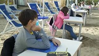 Unterrichten im Sand: Schule zieht an den Strand