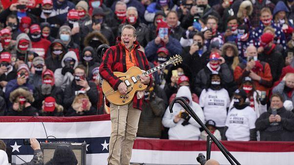 موسيقي أميركي يفتتح تجمعاً انتخابياً لترامب