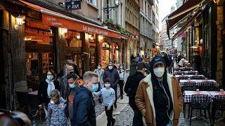 Los ciudadanos de Lyon hacen las últimas compras en tiendas y restaurantes antes de comenzar el segundo confinamiento que durará al menos 4 semanas.