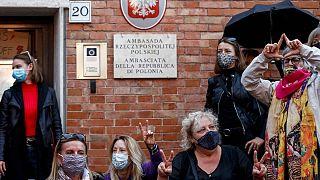 راهپیمایی اعتراض به قانون سقط جنین در برابر سفارت لهستان در رم
