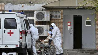 In der zehntgrößten russischen Stadt Rostow am Don wird eine Patientin in eine Klinik eingeliefert