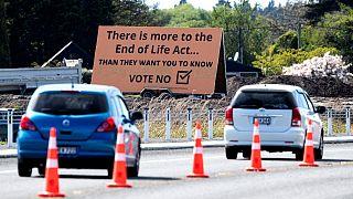 Yeni Zelanda'da ötanazi karşıtı bir yol pankartı