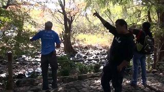 Varias personas en el lugar donde se han encontrado las fosas clandestinas en Salvatierra, México