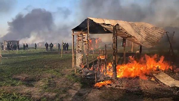 Chabola en llamas en Guernica, tras el desalojo forzado de sus ocupantes