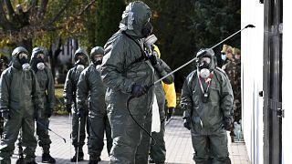 A székesfehérvári vegyvédelmi zászlóalj katonái fertőtlenítik a soroksári Török Flóris Általános Iskolát 2020. október 28-án