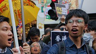 Tony Chung (j) egy tavalyi hongkongi tüntetésen