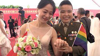 Casais homossexuais dão nó em casamento militar na ilha Formosa
