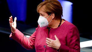 Angela Merkel a koronavírus-járvány terjedésének megfékezésére kidolgozott kormányterv vitáján