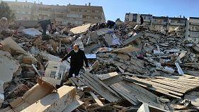 Deprem sonrası İzmir'de bazı binalar tamamen yıkıldı.
