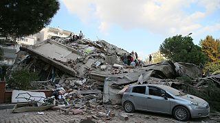 Decenas de edificios derrumbados en Esmirna. Cuatro víctimas mortales según el primer balance