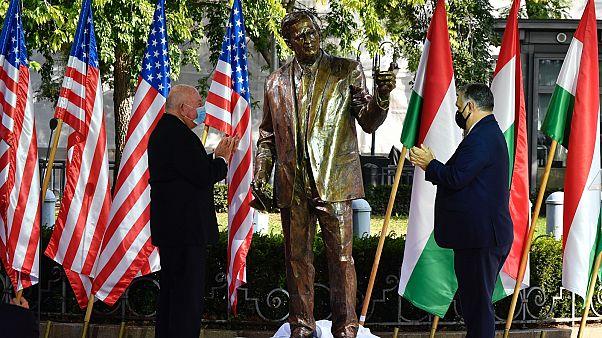 Orbán Viktor miniszterelnök (j) és David Cornstein amerikai nagykövet (b) a Bush-szobor avatásán, a Szabadság téren