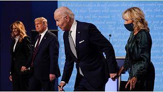 دونالد ترامب وزوجته ميلانيا إلى جانب جو بايدن وزوجته جيل