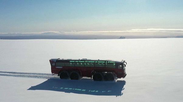 يبلغ طول الحافلة الحمراء 15 مترا وتدفعها ثماني عجلات مجهزة بدواليب عرضها متران وهي تجوب جزءا من هذا الجليد المعمّر البالغة مساحته 844 كيلومترا مربعا