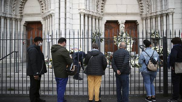Des personnes venues rendre hommage aux victimes de l'attaque au couteau qui a fait trois morts dans l'église Notre-Dame de Nice, le 30 octobre 2020, Nice, France