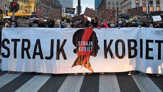 Transzparens egy abortusztörvény-ellenes varsói tüntetésen