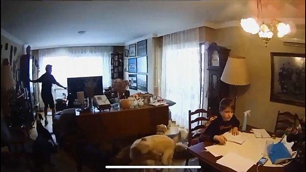 عائلة في المنزل أثناء وقوع زلزال إزمير