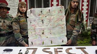 جنود من الجيش الهندي يعرضون خريطة تم انتشالها من مسلحين خلال عملية على طول خط السيطرة، الذي يقسم كشمير بين الهند وباكستان
