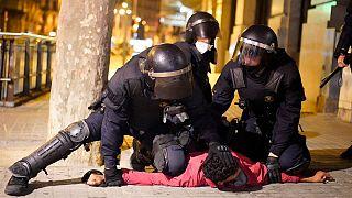 اعتراض به مقررات قرنطینه کرونایی در بارسلون به خشونت و درگیری با پلیس انجامید