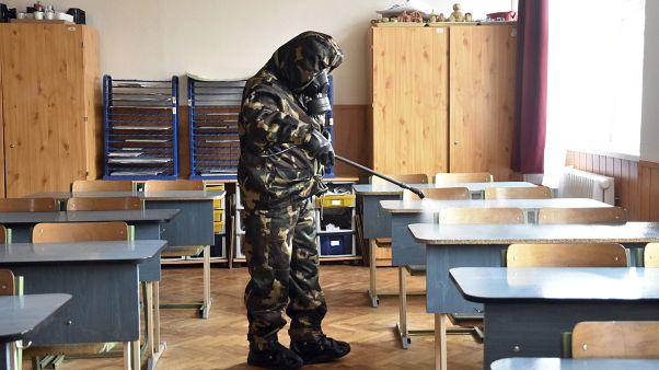 A honvédség fertőtlenít egy szolnoki iskolában.