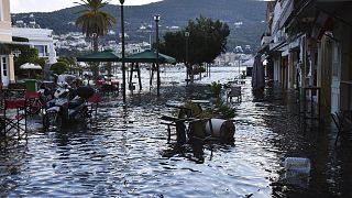 Ege depreminde Yunanistan'ın Sisam adasında küçük tsunami oluştu