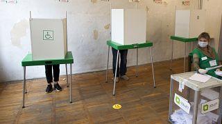 Electeurs dans un bureau de vote à Tbilissi (Géorgie), le 31/10/2020