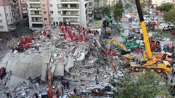 فرق الإنقاذ تبحث عن ناجين من تحت أنقاض مبنى انهار بسبب زلزال في إزمير التركية. 2020/10/31