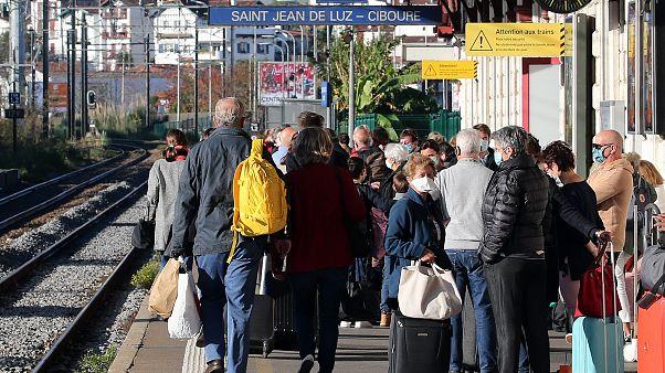 مسافرون في سان جان دولوز غربي فرنسا ينتظرون الركوب في قطار سريع متجه إلى باريس. 2020/10/31