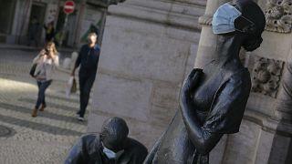 Estatuas cubiertas con mascarillas en Lisboa, Portugal