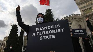 خلال احتجاج في اسطنبول ضد إعادة نشر مجلة شارلي إيبدو الفرنسية رسم كاريكاتوري للنبي محم]