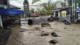 Inundaciones en las ruinas de Cagsawa tras el paso del tifón Goni por Filipinas