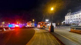 Автомобили экстренных служб у здания парламента в Квебеке 31 октября 2020