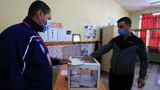 رجل يدلي بصوته في مركز اقتراع في الجزائر العاصمة