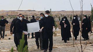 مراسم خاکسپاری یکی از مبتلایان به کرونا در ایران