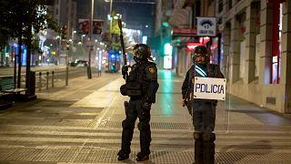 Des policiers dans les rues de Madrid alors que de violentes manifestations contre les restrications sanitaires ont eu lieu dans le weekend, 31 octobre 2020